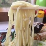 39608959 - 加水率やや高めのストレート太麺。柔めな茹で上げ。