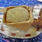 ブーランジェリーラフィ - カエデというパンは、木の舟に乗っているな。500円ですよ(@_@;)