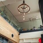 ワイアードキッチン ペリエ海浜幕張店 - 吹き抜けから2階席が見えます