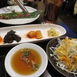 つる牛 - 日替わり韓国小鉢4品&サラダ