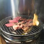 炎 - 焼肉を焼く