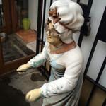 39622367 - 店先にオバサンの人形