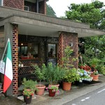 ステラート - 3色旗とお花が飾られた店前。