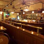 サージョンズカフェ イタリアーノヨコハマ - セピア色、オールドアメリカンの空間。カウンターに座れば、バーそのものである