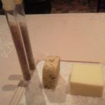 ラ・ベ - お塩が理科の実験にあるようなイメージで出てきました。バター2種、左は海藻入り
