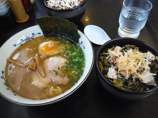 鶏パイタン らーめん武蔵 - 男性は丼+で満腹