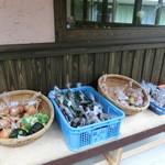 雨山の郷 - 地産の作物が色々。店内には早なれ寿司もありました。