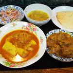 クシ - 魚とジャガイモのカレー、チキンブナカレー、ダールスープ、パパド、カチュンバルサラダ