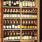 BONCOURAGE - 壁際のワインクーラーには多種類のワインが並ぶ
