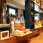 BONCOURAGE - カウンターもゆったりと広く作られ落ち着いて食事が出来る