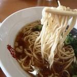 尾道らーめんベッチャー - 麺はこんな感じ 強めの縮れに期待も柔目で残念