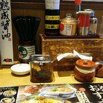 丸源ラーメン - 揚げニンニク、どろラー油、野沢菜醤が完備!