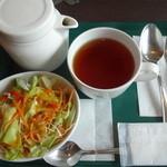 プロント - ランチセットのドリンク(紅茶)とサラダ