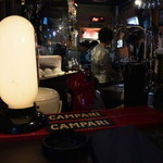 Cafe Bar FAB - 今宵も若者たちで賑わう店内。