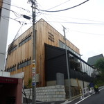 スプリングバレーブルワリー東京 - 木を使ったオシャレな建物