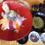 39652191 - 生しらす海鮮丼(1680円)で酢めし(+100円)♪                       小鉢に釜揚げしらすと香物、大椀汁付きで新鮮&豪華!美味しいね〜♪                       淡路島で食べた生しらすとはまた違ったけど、こちらも美味しかった☆彡
