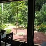 Chiffon Cafe Soie - 2007/8 店内から見るお庭。この右手の上方に伊豆急の線路が有るので、1時間に2回程凄い騒音がします…