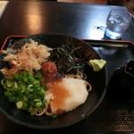 39660317 - 梅おろし蕎麦、700円。(税込み)ヒンヤリ、さっぱり美味しいお蕎麦♡ 麺つゆが別容器での提供なのも嬉しい☆