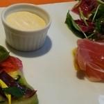 39662974 - 前菜  ほたてのサラダ、うにのクリーム、生ハムとマンゴー、野菜のテリーヌ