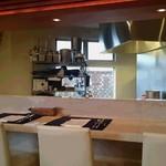 シーフードレストラン アクア - 白を基調とした清潔感のある店内