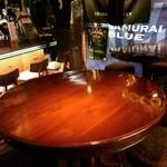 Public ARROW'S - ゆったり大きめのテーブル席。ドリンク&フードも沢山ご注文できます!