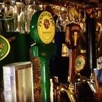 Public ARROW'S - 徹底した品質、温度管理をしている日替わり10種類の樽生クラフトビールを専用ハンドルで注ぎます!