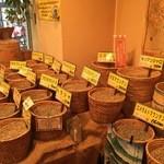 焙煎コーヒー豆ベースキャンプ - コーヒー豆がずらっと並ぶ店頭。