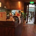 焙煎コーヒー豆ベースキャンプ - 奥のカフェスペースから入口方向。