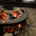 元 - 煌々と燃える炭火