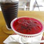 路の上のカフェ日日 - ケーキセット、選べるドリンク付き:ドラゴンフルーツのパンナコッタ、アイスコーヒー
