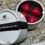 ピエール・マルコリーニ - ホワイトチョコレートの中に、フランポワーズで香り付けしたビターガナッシュが入っています。