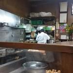 鯛ふじ - 広々とした厨房が広がってます。 二代目の方かな?