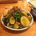 39682981 - 夜の営業でいただけるサラダ。さわやかな葉物に香味のあるドレッシング、素揚げの野菜たちと食べ応えのある内容