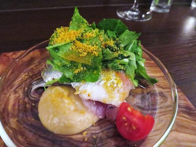 イルトラム - 鰯の冷製 焦がし玉葱のピュレ ワイルドルッコラの小さなサラダ