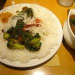インド式 チャオカリー - ぺたんこに盛られたご飯でいただきます。