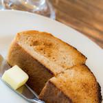 アンド・ノマ・カフェ - ライ麦を使用したトースト