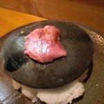 ほむら - 焼いた石の上に厚切りの和牛たんをのせて…。