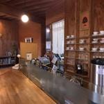 Dinig & Cafe LaLa - 木のぬくもりたっぷりの店内。