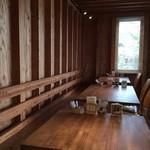 Dinig & Cafe LaLa - カウンター席とテーブル席ございます。