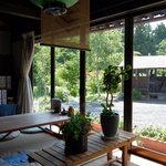 夢一輪館 - 店内の窓際テーブル座敷席