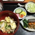 めん処 ふるふる - 煮物、小鉢、お新香、薬味