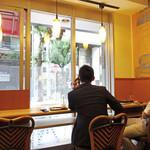 カフェ・ベローチェ - 窓際カウンター