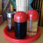 李さんの店 - 「李さんの店」卓上の醤油・酢・ラー油