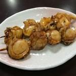 ハルミ食堂 - 串焼きつぶ貝・ホタテ 400円×2