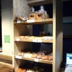 すみまめカフェ - 店内カウンター脇でもパンが売ってます☆