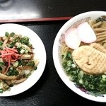 名代中華そば 山金 - 左:チャーシュウ丼、右:たい焼きラーメン餡じゃない