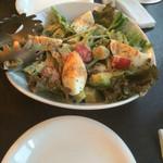 コンテナ カフェ&バー - コース料理のサラダ