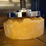 ビストロ ダイア - 岐阜で発作買いした、手回しの器械で凍らせた宮崎マンゴーを削ります