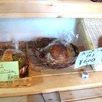 cafe KO-BA - 店の中ではパンも売っています