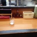 ラー麺 陽はまた昇る - カウンター席(水はセルフ・箱ティッシュ完備)
